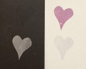 Tanto el tipo de tinta como su color hará que la estampación pueda pasar desapercibida al hacerlo sobre una superficie oscura.