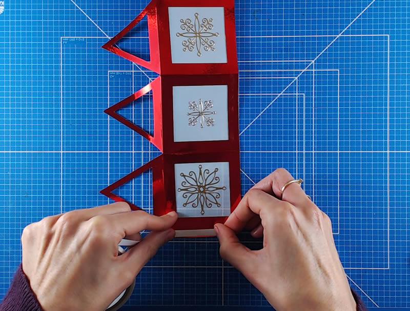 Añade una tira de cinta adhesiva para cerrar el farolillo