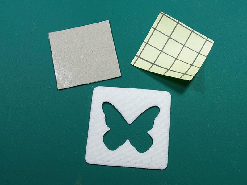 Se retira la protección del adhesivo doble cara