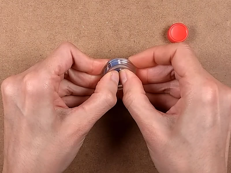 Expulsamos el botón haciendo presión sobre el molde de silicona
