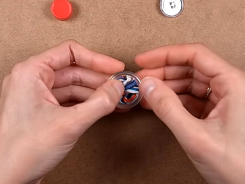 Replegamos la tela sobre el botón